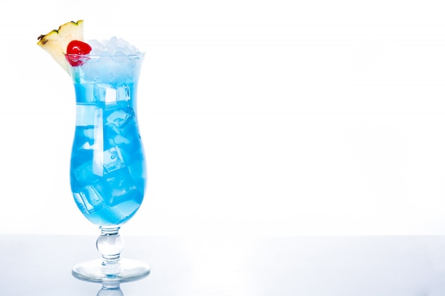Cocktail hawaïen bleu sur fond blanc avec espace copie