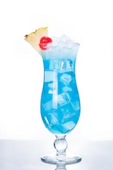 Cocktail hawaïen bleu sur fond blanc