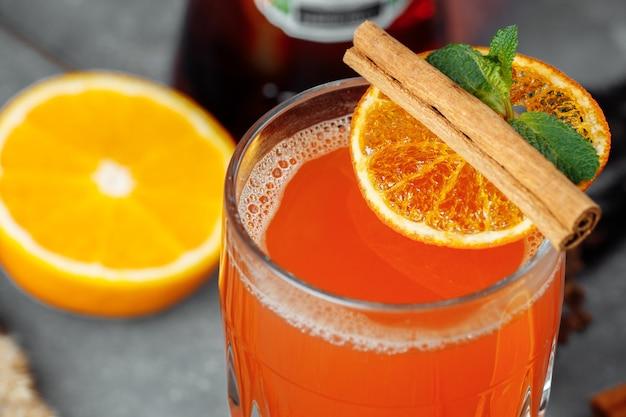 Cocktail d'hiver réconfortant avec aperol cocktail apéritif chaud f