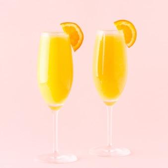 Cocktail jaune sur fond clair, mise au point sélective.