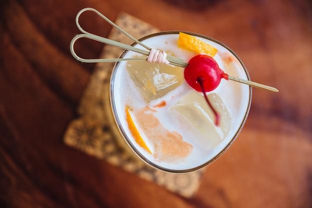 Cocktail jaune rempli de tranches de citron et de glace