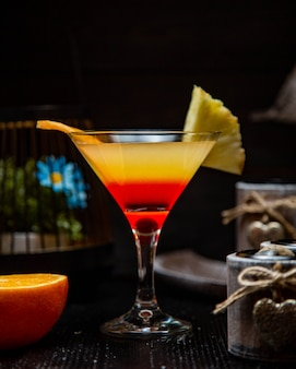 Cocktail jaune rouge aux fruits ananas et orange.