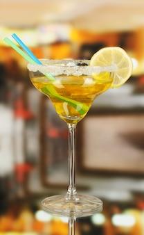 Cocktail jaune en verre sur la chambre