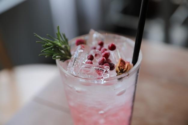 Cocktail de jus de fraise avec soda sur table en bois