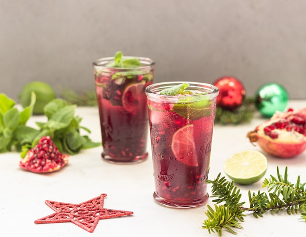 Cocktail avec jus de fruits, citron vert, menthe, grenade
