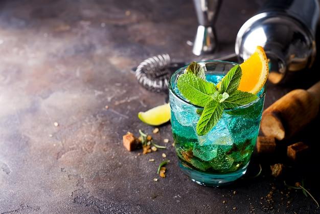 Cocktail de lagon hawaïen bleu sur un fond de béton foncé