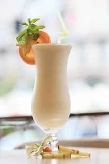 Cocktail de lait avec une tranche d'agrumes