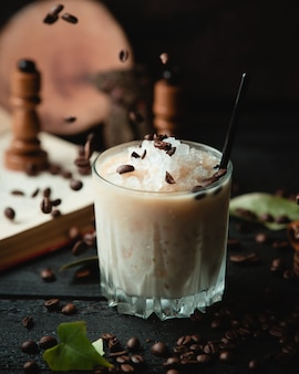 Cocktail laiteux avec glace hachée et pépites de chocolat.