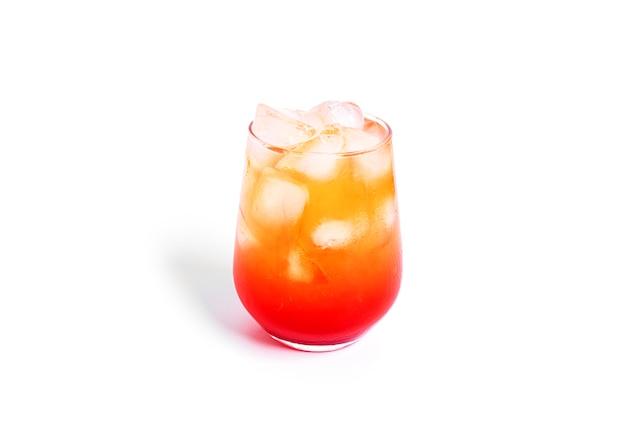 Cocktail de lever de soleil de tequila isolé sur fond blanc. photo de haute qualité