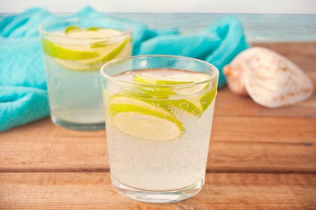 Cocktail de limonade aux poires ou de mojito à la poire, au citron et à la menthe, boisson rafraîchissante froide ou boisson dans un thème marin