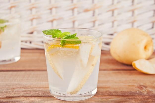 Cocktail de limonade aux poires ou mojito à la poire, au citron et à la menthe