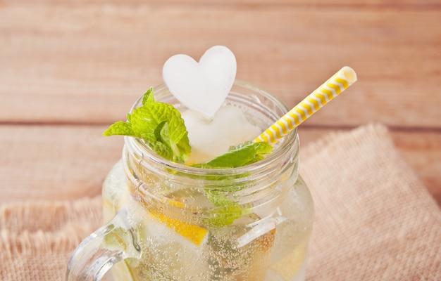 Cocktail de limonade ou de mojito au citron et à la menthe, boisson rafraîchissante froide ou boisson avec de la glace