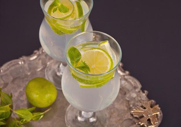 Cocktail de limonade ou de mojito au citron et à la menthe, boisson rafraîchissante froide ou boisson