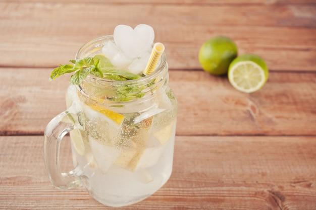 Cocktail limonade ou mojito au citron et menthe