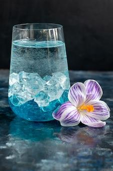 Cocktail avec liqueur bleue et glace.