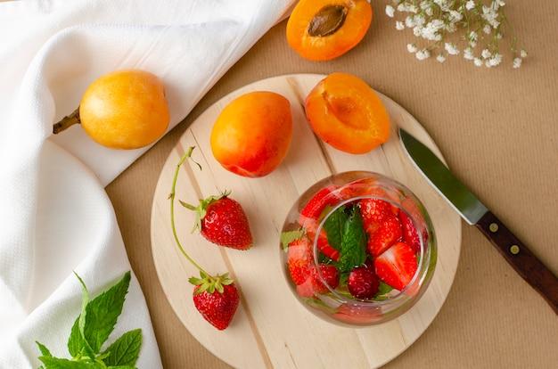 Cocktail maison aux fraises, abricots frais et nèfles