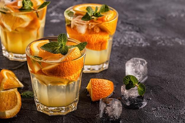 Cocktail maison à l'orange / eau infusée aux fruits détox