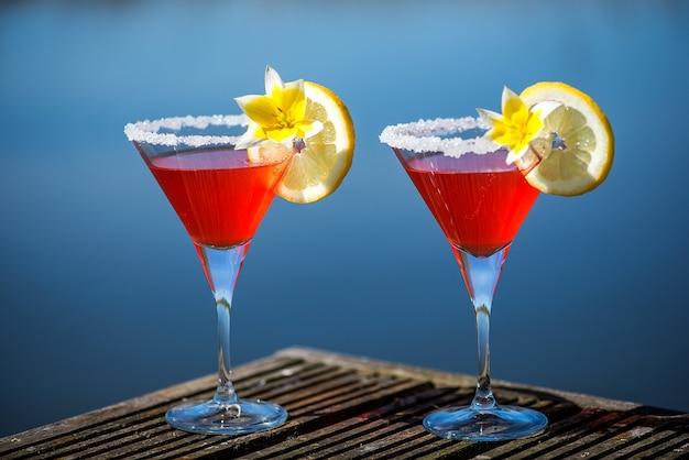 Cocktail de margarita aux fraises sur fond de bois coloré concept de fond de fête d'été