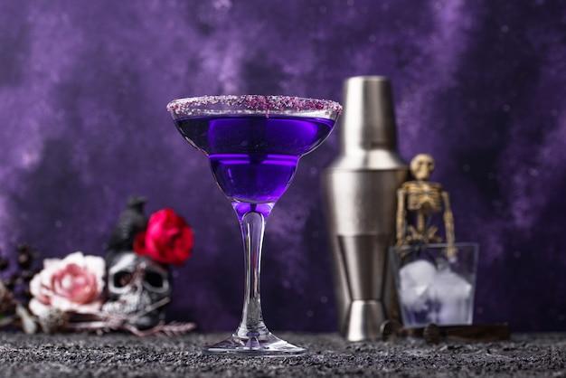 Cocktail de margarita à la lavande violette d'halloween