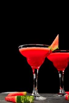 Cocktail margarita pastèque sur fond noir