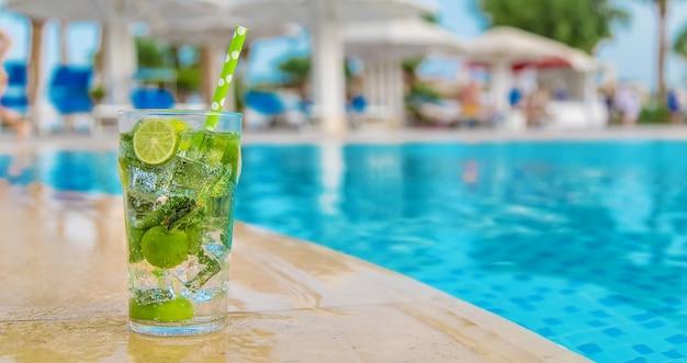 Cocktail mojito au bord de la piscine