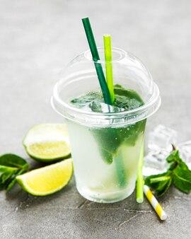 Cocktail mojito au citron vert et menthe sur fond de béton gris