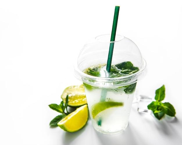 Cocktail mojito au citron vert et menthe sur fond blanc