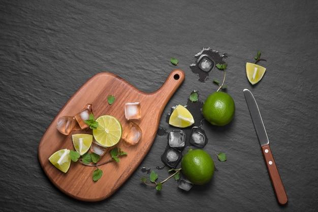 Cocktail mojito au citron vert et menthe en verre sur fond de pierre grise