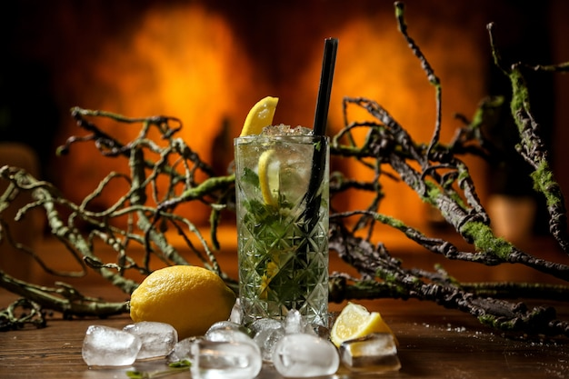 Cocktail mojito avec beaucoup de glace pilée