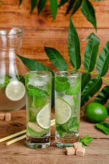Cocktail mojito sur bois