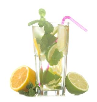 Cocktail mojito dans un verre avec citron vert, menthe et citron sur fond blanc isolé
