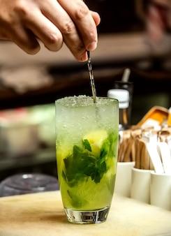 Cocktail mojito frais avec de la glace