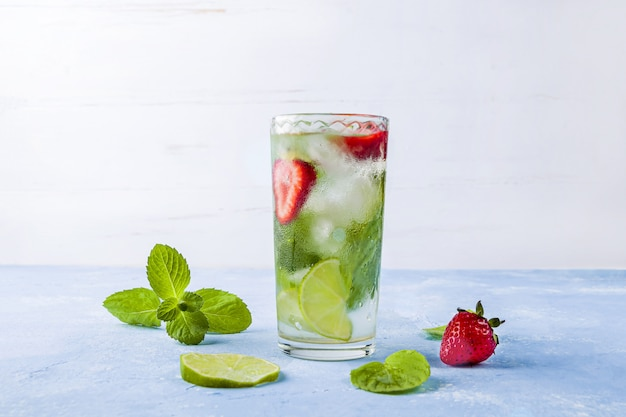 Cocktail de mojito avec des glaçons. verre de limonade d'été ou thé glacé.