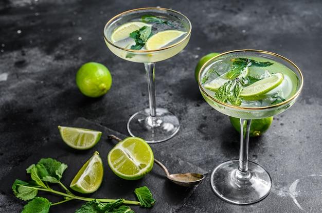 Cocktail mojito à la menthe rafraîchissante, rhum et citron vert