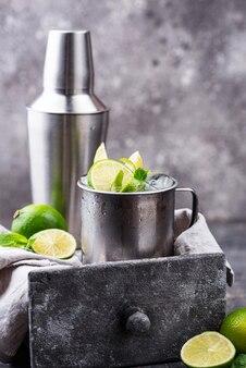 Cocktail mule de moscou dans une tasse