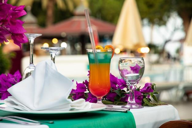 Cocktail multicouche avec une paille sur une table lors d'une fête