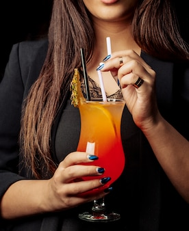 Cocktail multivitaminé avec de la glace sur la table