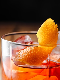 Cocktail negroni dans un verre de roches. photographie verticale.