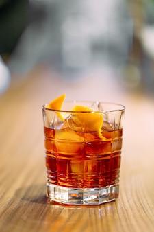 Cocktail negroni avec gin en verre à l'ancienne