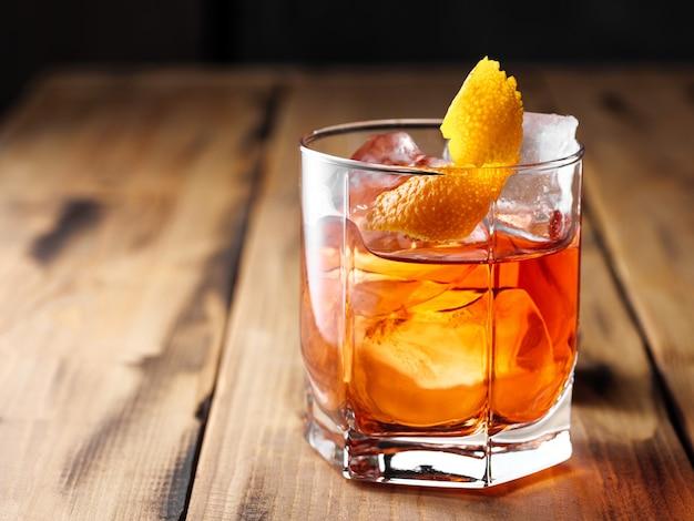 Cocktail negroni sur une table en bois. espace de copie.