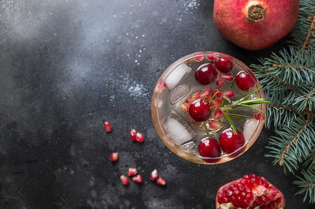 Cocktail de noël à la grenade avec du vin mousseux au romarin close up