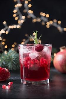 Cocktail de noël à la grenade avec vin mousseux garni de brin de romarin