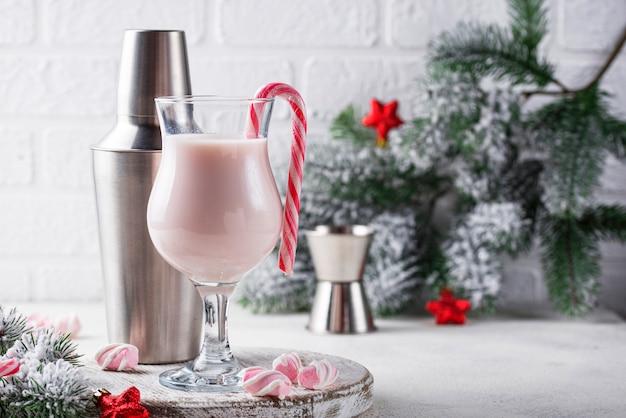 Cocktail de noël rose avec guimauve