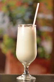 Cocktail de noix de coco à la cannelle et au sucre cristallisé
