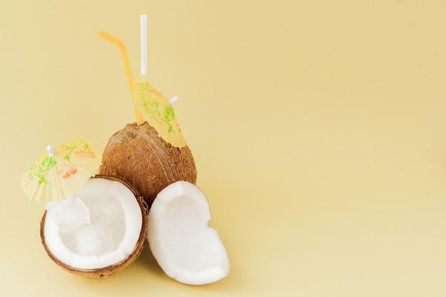 Cocktail de noix de coco fraîche avec une paille