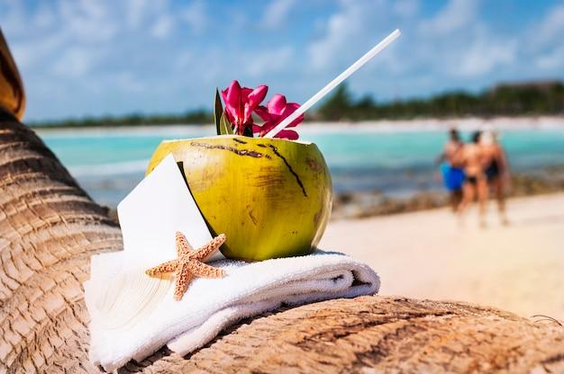 Cocktail de noix de coco sur la plage du paradis des caraïbes