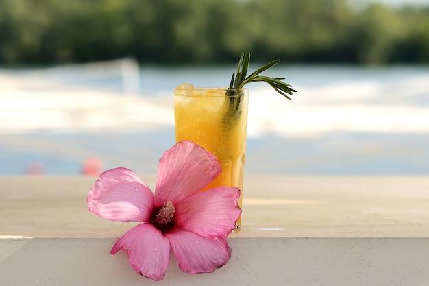 Cocktail orange dans un verre. avec décor de fleurs