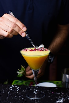 Cocktail D'orange Sur La Table Photo gratuit