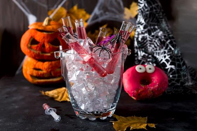 Cocktail original dans un tube de verre pour la fête d'halloween