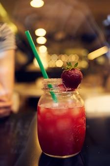 Cocktail paille close-up restaurant lifestyle boisson. photo de haute qualité